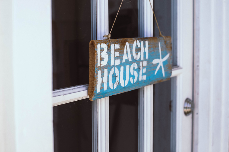 close-up-on-beach-house-sign-on-front-door